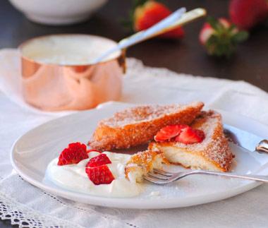 Torrijas de bollito de carnaval con nata y fresas