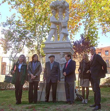 Luis Haro junto al monumento