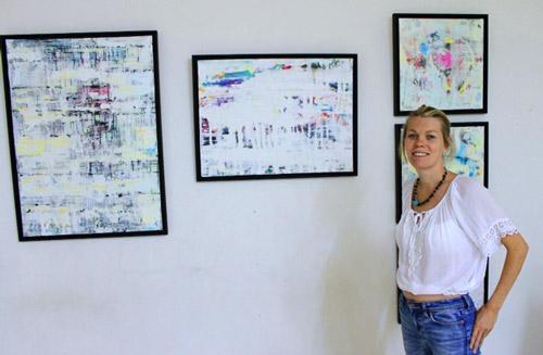 María Nyakern junto a sus obras