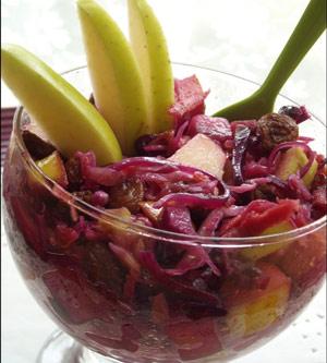 Ensalada de lombarda con manzana con virutas de jamón ibérico