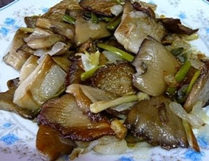 Ensalada templada con cebolla caramelizada y setas rehogadas