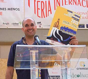 Juan de Cerveza Mica recogiendo el Galardón