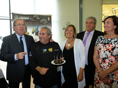 Herrera saludando a Roberto da Silva presidente de la promotora Pro-IGP