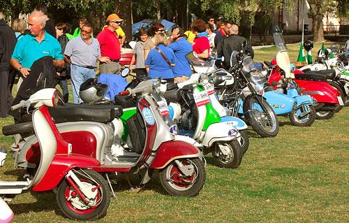 Fotografía: Javier Marqués |  Exposición de las motos en Castrillo de la Vega
