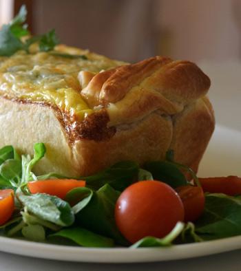 Pastel de pollo relleno de mijo y ensalada