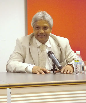 El Dr.Lescayllers en una conferencia en Aranda de Duero