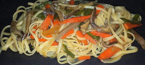 Tallarines con verduras salteadas y salsa de soja