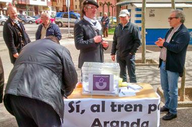 Fotografía: Javier Marqués | Votación popular a favor del tren