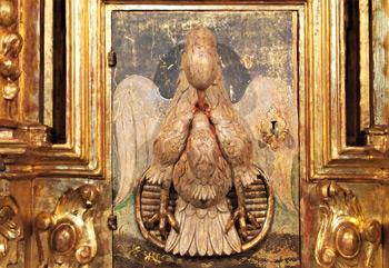 Pelícano tallado en el exterior de la puerta del Sagrario