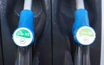El nuevo etiquetado advierte de que las  gasolinas contienen un cinco por ciento de alcohol