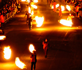 quemarbarriles350 Algunas tradiciones típicas de la última noche del año