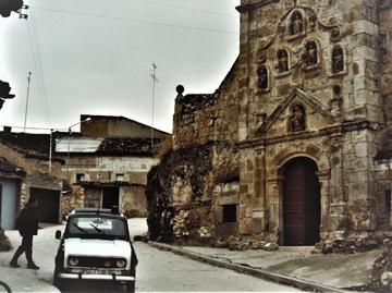 '4L' de la Guardia Civil ante la Iglesia de Hontangas