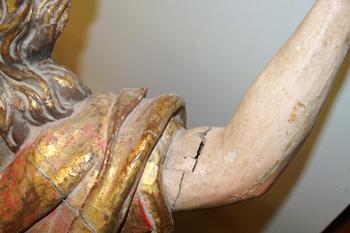 Deterioros en el brazo izquierdo antes de ser restaurado