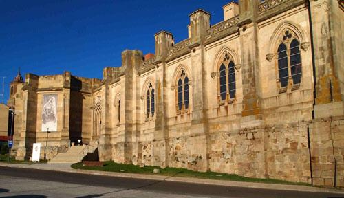 Arcos de medio punto en los ventanales de las capillas laterales de la fachada oeste