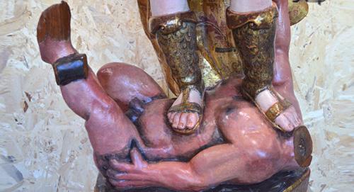 Diablo derrotado bajo los pies de San Miguel