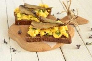 Huevos revueltos de sardinas secas con patata