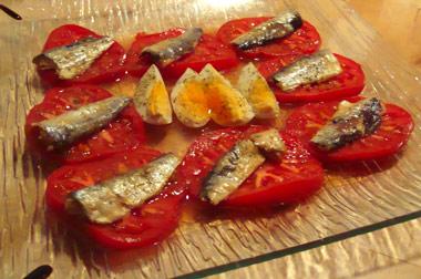 Ensalada de sardinas en huevo y tomate