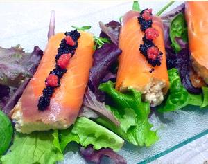 Rollitos de salmón rellenos de queso