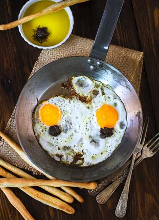 Huevos fritos trufados