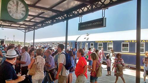Fotografía: Javier Marqués | El tren en el andén de la Estación de Aranda de Duero